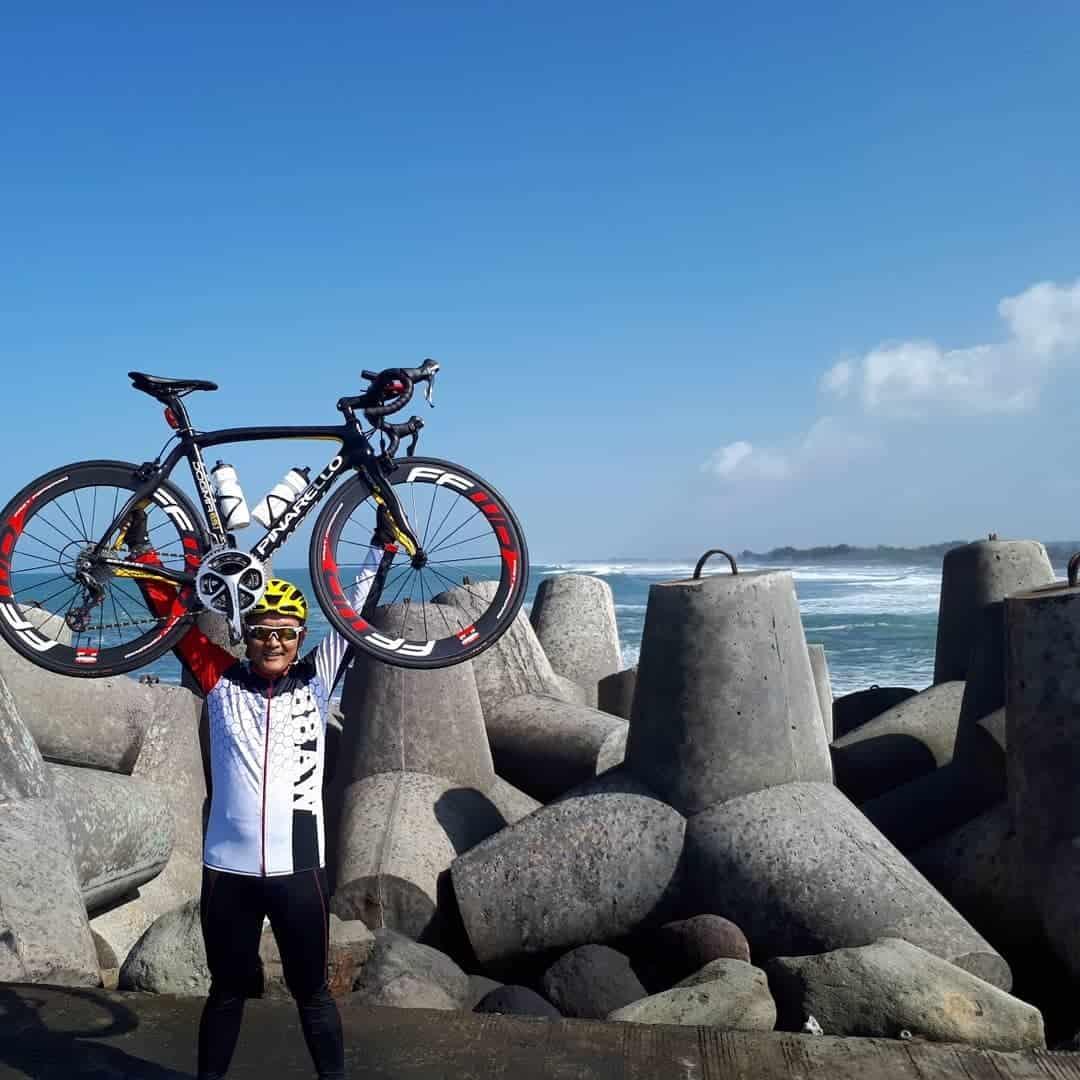 Bersepeda di Samping Laguna Pantai